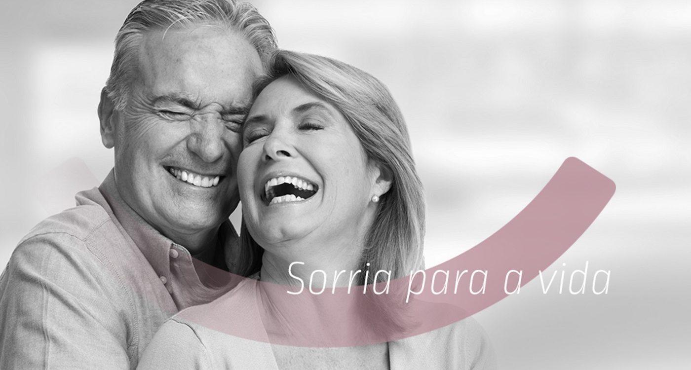 Casal idoso sorria para a vida